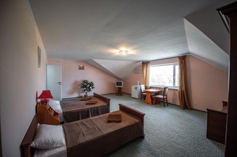 Четырёхместный номер с двуспальной кроватью и двумя односпальными, 4-я Морская улица, 4к16, Саки - Фотография 1