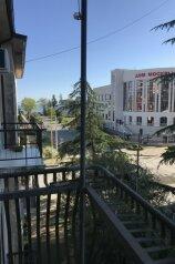 3-комн. квартира, 80 кв.м. на 6 человек, улица Генерала Дбар, 12, Сухум - Фотография 1
