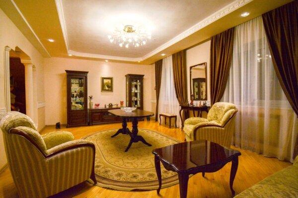 Дом неподалеку от санатория Москва, 300 кв.м. на 16 человек, 6 спален, улица Революции, 51, Кисловодск - Фотография 1