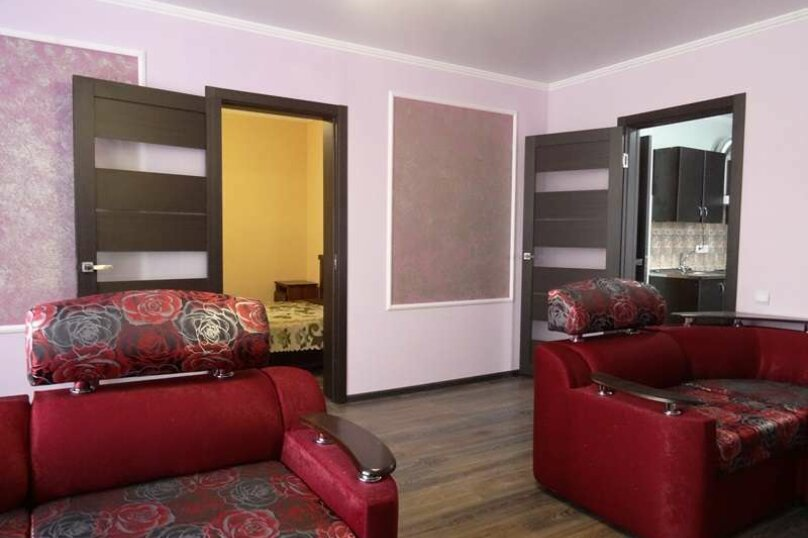 """3-х комнатный 8-ми местный номер """"Люкс"""" с кухней (2 этаж), Вишнёвый переулок, 12, Благовещенская - Фотография 1"""
