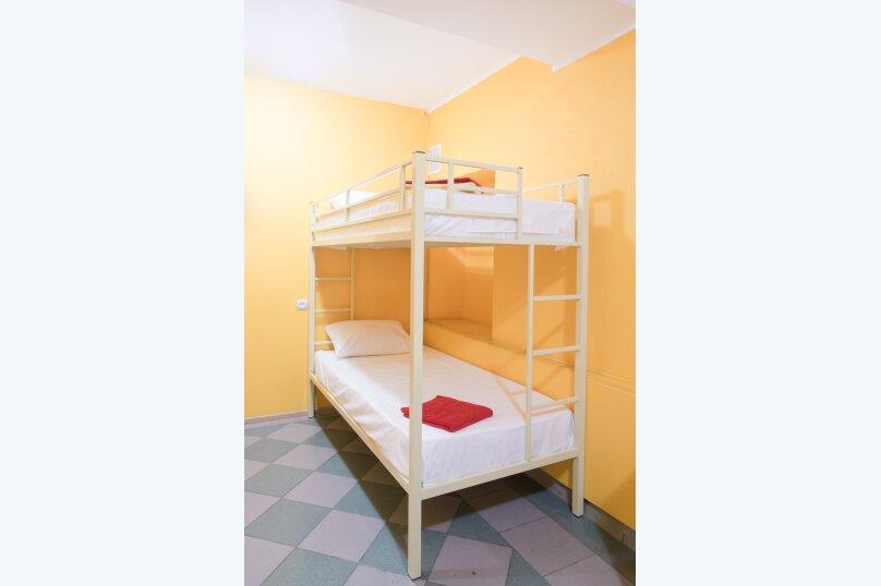 Кровать в общем 3-местном номере, 14-я линия Васильевского острова, 31-33, Санкт-Петербург - Фотография 1
