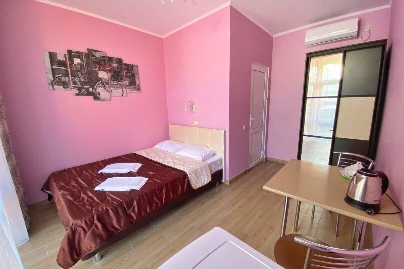 Двухместный номер с большой кроватью и собственной ванной комнатой(розовый), Прибрежная, 1А, Архипо-Осиповка - Фотография 1