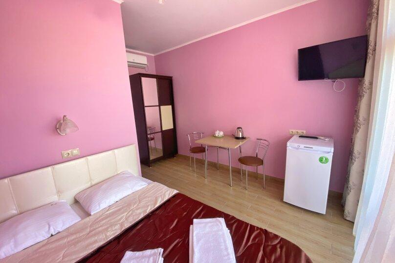Двухместный номер с большой кроватью и собственной ванной комнатой(розовый), Прибрежная, 1А, Архипо-Осиповка - Фотография 4