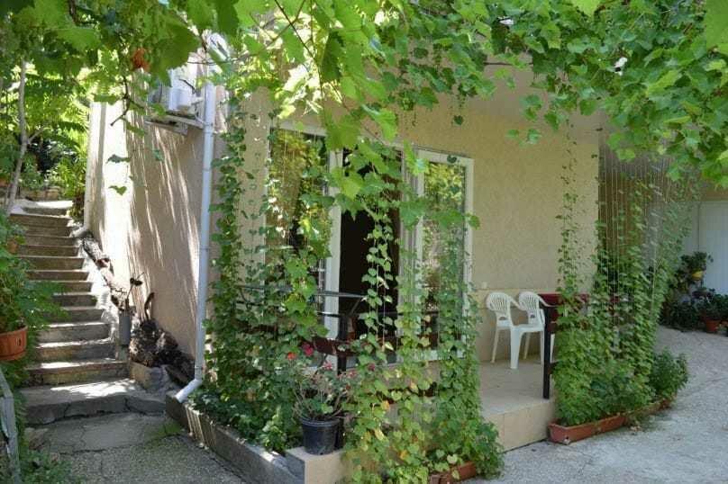 Трехкомнатный дом, 80 кв.м. на 6 человек, 3 спальни, улица Победы, 18, Коктебель - Фотография 1