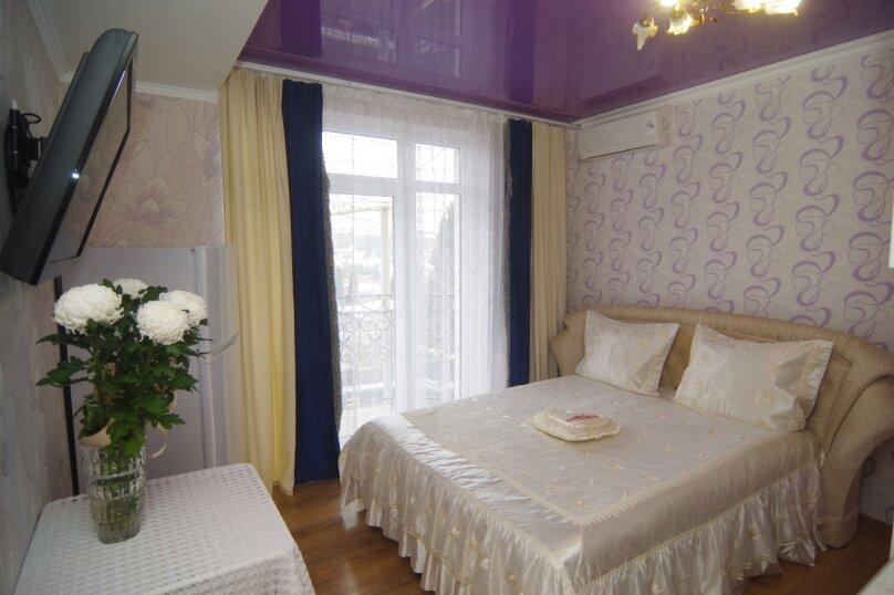 Двухместный номер Делюкс с 1 кроватью и балконом, улица Саранчева, 36, Алушта - Фотография 1