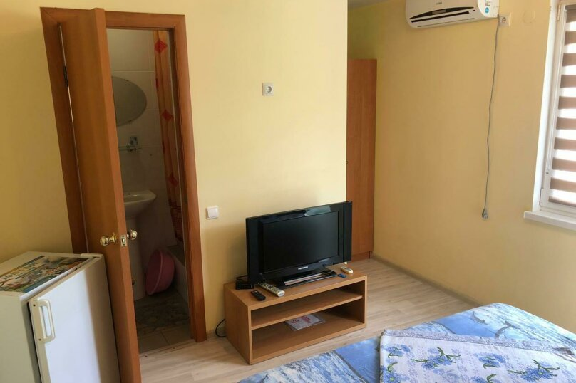 Двухместный номер с большой кроватью и доп. местом , улица Шевченко, 33, Геленджик - Фотография 1