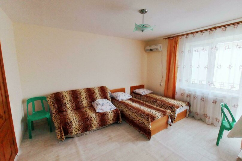 Комната на 4х с балконом, улица Горького, 53, Витязево - Фотография 1