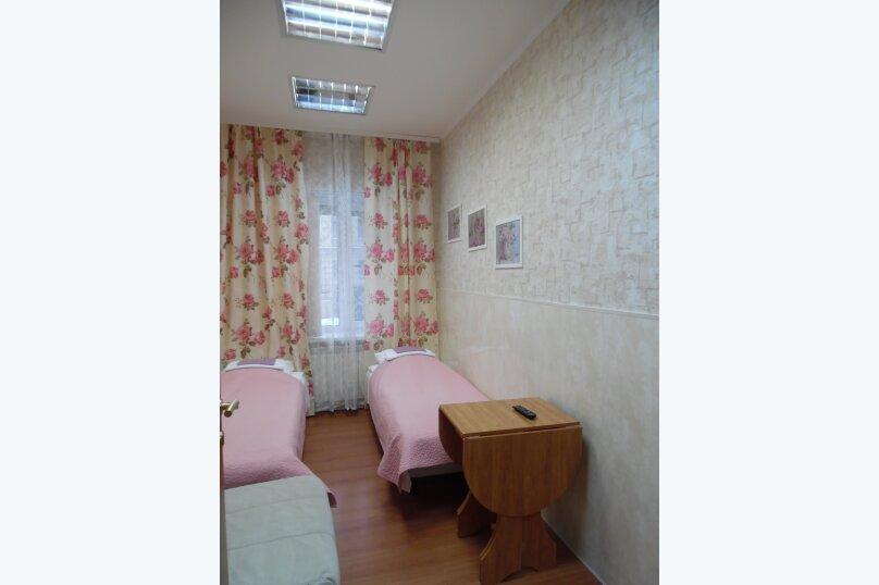 Двухместный номер с 2 отдельными кроватями и собственной внешней ванной комнатой №3, Большая Морская улица, 31, Санкт-Петербург - Фотография 1