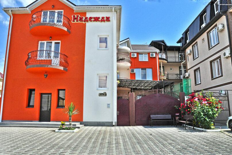 """Гостевой дом """"Надежда"""", Берёзовая улица, 2 на 16 комнат - Фотография 1"""