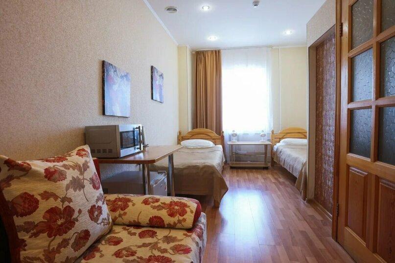 Улучшенный двухместный номер с 2 отдельными кроватями и диваном, улица Заки Валиди, 64/2, Уфа - Фотография 1