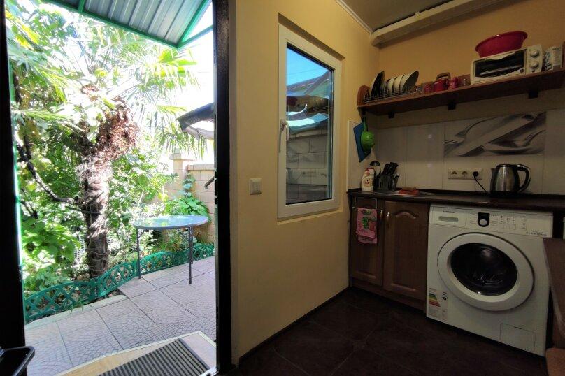 Дом конд.2+2кухня10мин до моря с тихим уютным  зеленым двором. Сдается по СУТОЧНО, 40 кв.м. на 4 человека, 1 спальня, Таврическая улица, 36, Алушта - Фотография 1