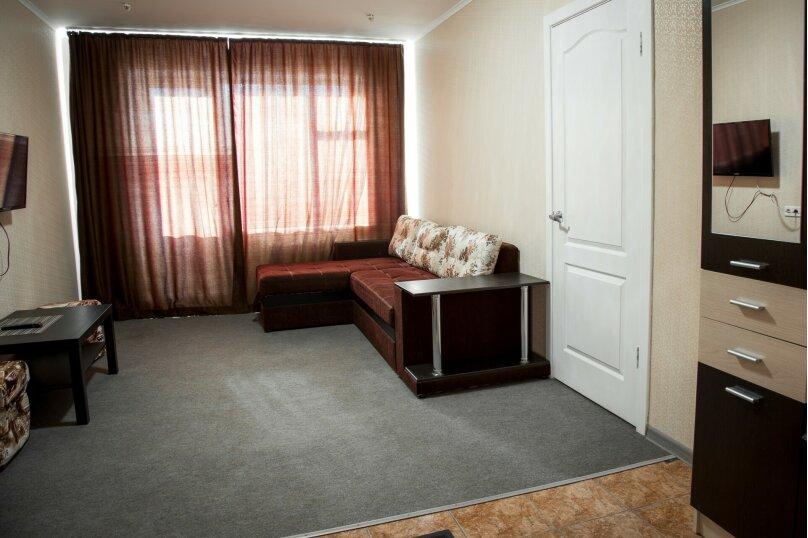 2 комнатный люкс с душем , улица Марата, 9, Керчь - Фотография 1