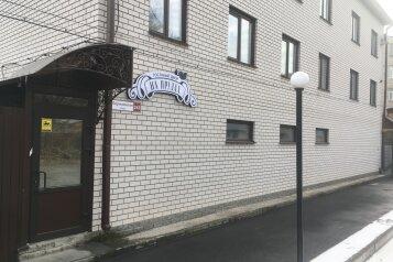 """Гостинный двор """"На прудах"""", Партизанская улица, 243 на 14 номеров - Фотография 1"""