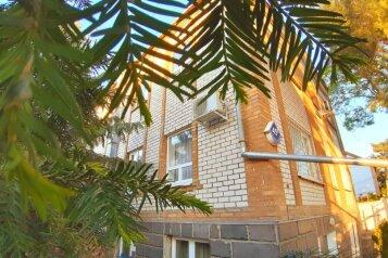 Половина дома с отдельным входом (весь 1-й этаж), 85 кв.м. на 5 человек, 1 спальня, улица Толстого, 45, Геленджик - Фотография 1