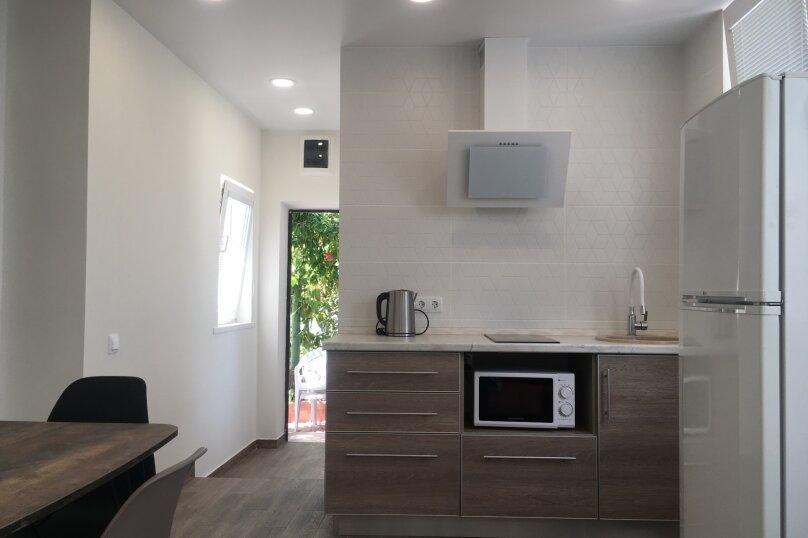 Сдам жилье в Алупке, 35 кв.м. на 5 человек, улица Калинина, 32, Алупка - Фотография 1