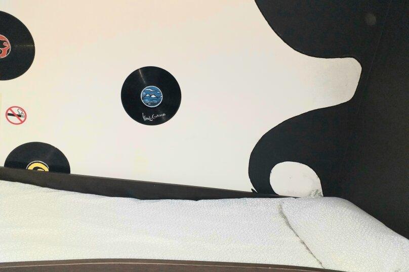 "Хостел ""На Космонавта Комарова 37"", улица Космонавта Комарова, 37 на 4 номера - Фотография 12"