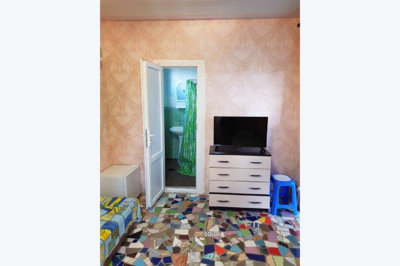 Улучшенный трёхместный номер, улица 14 Апреля, 15, Судак - Фотография 9