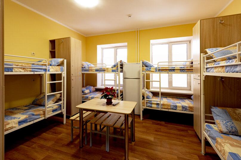 Кровать в 8-ми местном номере для мужчин, улица Корнеева, 14, Электросталь - Фотография 1