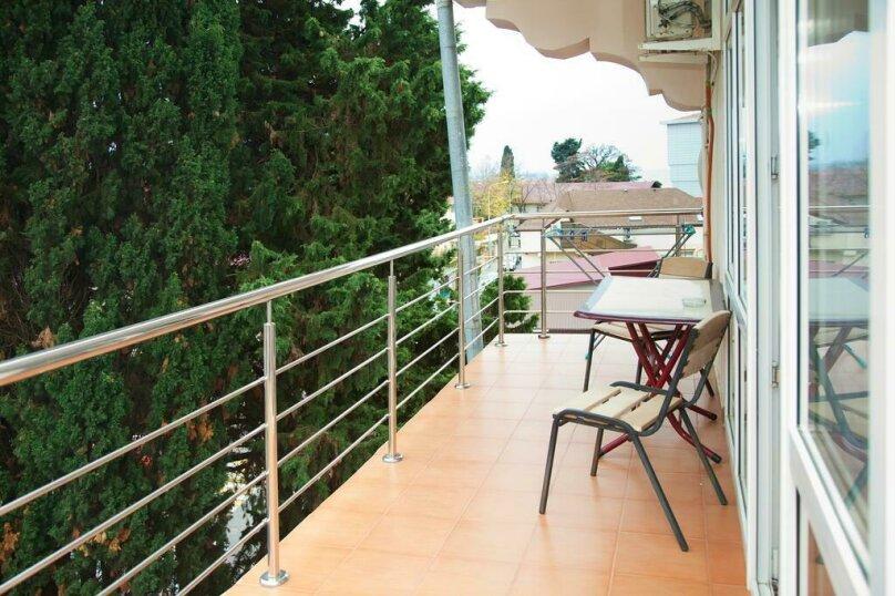 Трехместный номер с балконом, улица Ульянова, 9, Адлер - Фотография 1