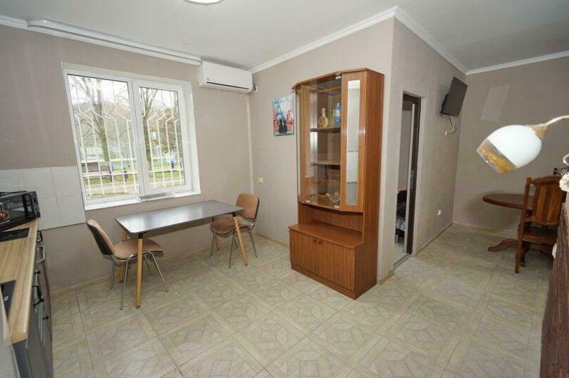 Дом 23, 67 кв.м. на 9 человек, 3 спальни, Кемпинг Импульс, 23, Ольгинка - Фотография 9