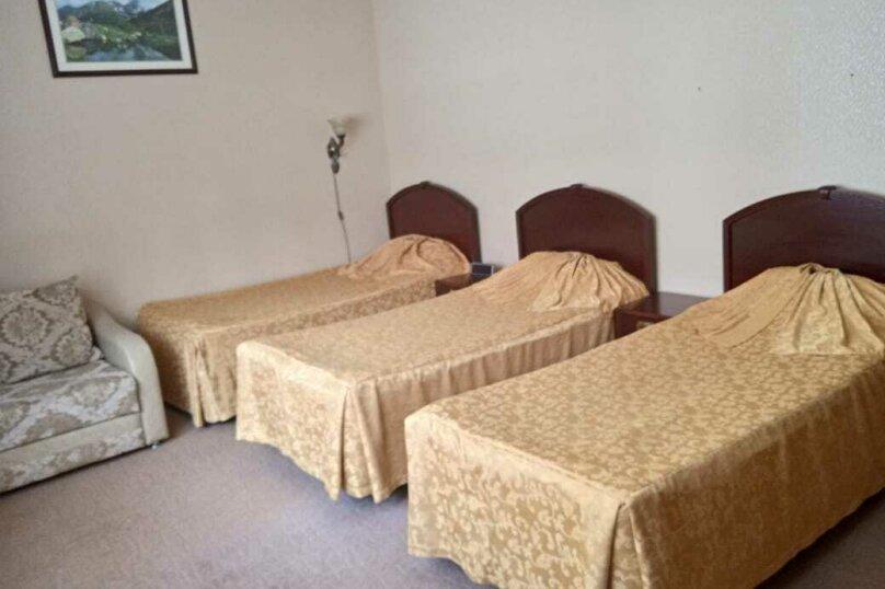 Стандартный трехместный номер с 3 отдельными кроватями, село Трескол, поляна Азау, Эльбрус - Фотография 1