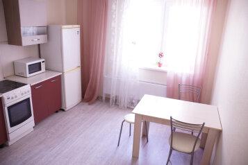 2-комн. квартира, 60 кв.м. на 6 человек, проспект Ленина, 52А, Новороссийск - Фотография 1