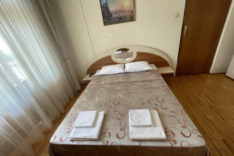 Стандарт  юг 2-х местный 2-х комнатный номер с 1 двуспальной кроватью , улица Леси Украинки, 16, Ялта - Фотография 1