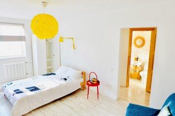 1-комн. квартира, 40 кв.м. на 3 человека, улица Ерошенко, 16, Севастополь - Фотография 1